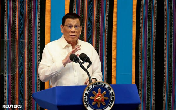 施政方針演説に臨むフィリピンのドゥテルテ大統領(22日、マニラ)=ロイター