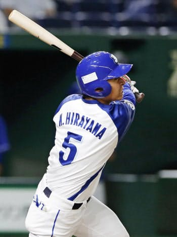JFE東日本―パナソニック 7回裏JFE東日本2死二、三塁、平山快が右中間に勝ち越しの2点二塁打を放つ(22日、東京ドーム)=共同