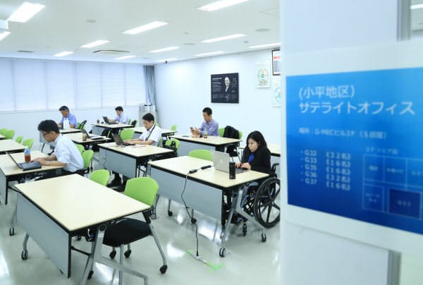 サテライトオフィスで勤務するブリヂストンの社員(22日午前、東京都小平市)