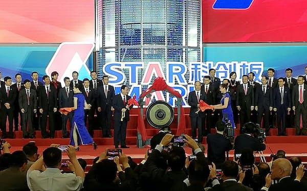 科創板の取引開始にあたり、ドラを鳴らす上海市の李強・党委書記(左)