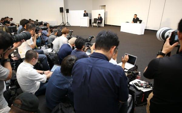 記者会見する吉本興業の岡本社長(右奥)=22日、東京都新宿区