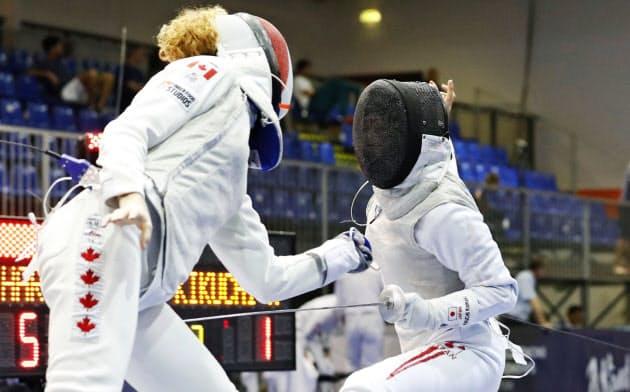 女子フルーレ団体順位決定戦 カナダ選手(左)と対戦する菊池小巻(22日、ブダペスト)=共同