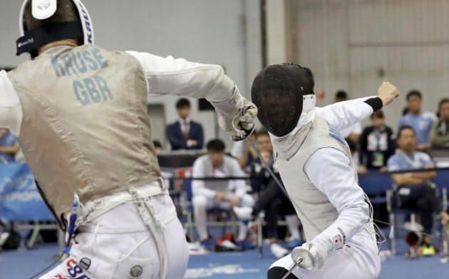 男子フルーレ団体順位決定戦 英国選手(左)と対戦する松山恭助(22日、ブダペスト)=共同