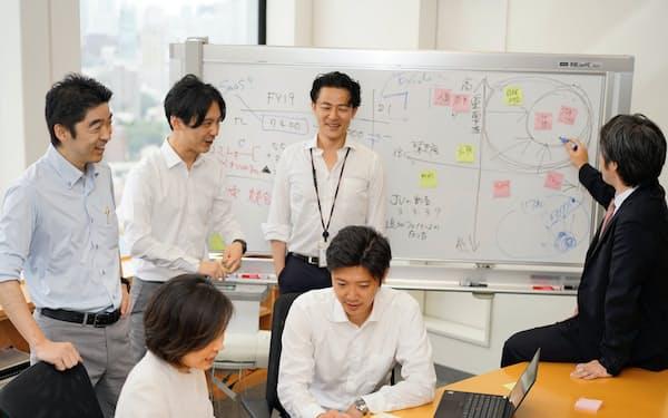 起業について議論する弁護士ら(東京・港のTMI総合法律事務所)