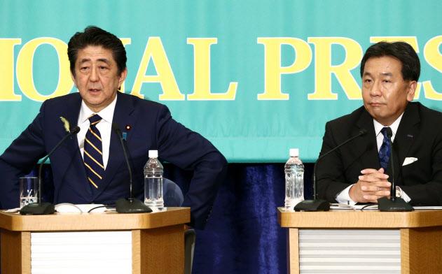 安倍首相は「10%から先の消費税率上げは10年必要ない」と明言した(3日、日本記者クラブでの党首討論会)