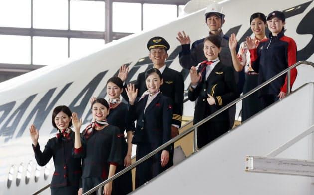 発表された日本航空の新制服(23日、東京都大田区)=小高顕撮影