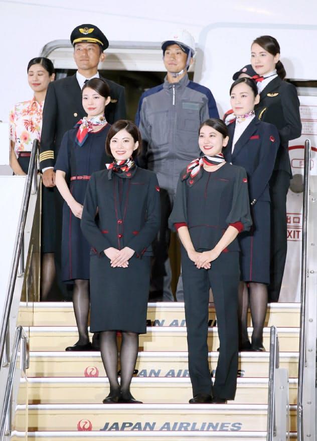 発表された日本航空の新制服(23日、東京都大田区)