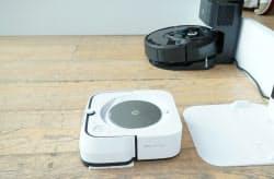 アイロボットジャパンが発売する床ふきロボットの最高級モデル「ブラーバ ジェットm6」(手前)とロボット掃除機「ルンバ i7+」(23日午後、東京都港区)