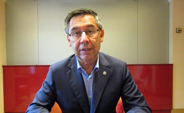 取材に応じるバルセロナのバルトメウ会長=23日、都内