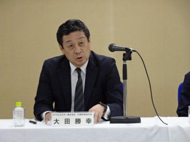 大阪製油所の精製機能停止を発表するJXTGグループの大田勝幸社長(23日、大阪府高石市)