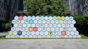 スタートアップが集まる「深圳湾創業広場」に設置された看板には80以上の企業名が記されていた