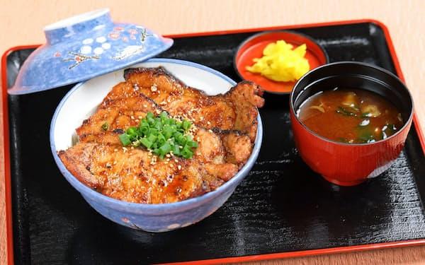 国産豚肉を炭火で焼いた豚みそが味わえる。
