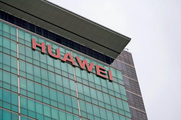 米国による制裁でファーウェイは米企業からの部品などの調達を制限された(中国広東省深圳市の本社)=ロイター
