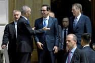 米通商代表部のライトハイザー代表(右)と中国の劉鶴副首相(左)らが再び会談する見通し(5月のワシントンでの協議)=ロイター