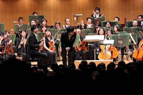クラシックへの挑戦は長年の目標だった。2019年3月の披露公演で観客にお辞儀をする岸田さん=京都市交響楽団提供
