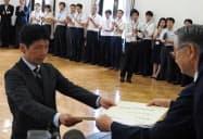 当選証書を受け取る山本一太氏(左)