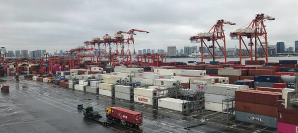 米中摩擦による世界経済の減速が重荷に(東京港)