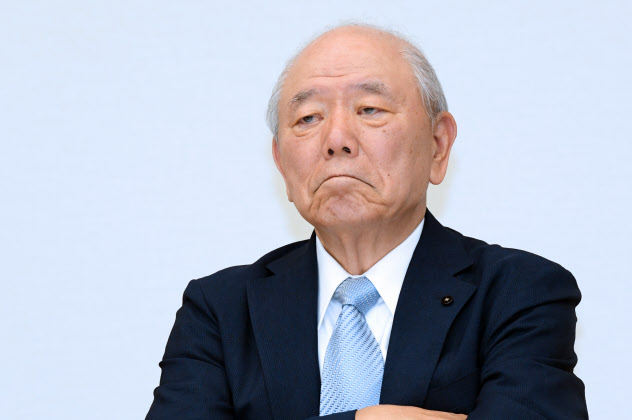 記者会見で記者の質問を聞くアスクルの戸田独立社外取締役(23日、東京都中央区)