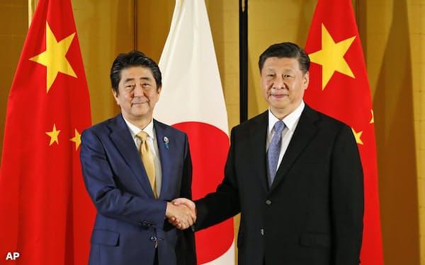 安倍晋三首相(左)はG20大阪サミットに先だって中国の習近平国家主席と会談に臨んだ(6月27日、大阪)=AP