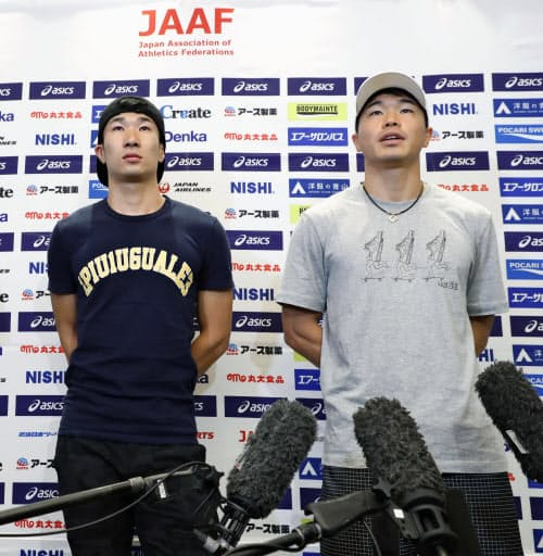 帰国し取材に応じる小池祐貴(右)と桐生祥秀(23日、羽田空港)=共同