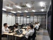 経済産業省、ソフトバンク、市の職員は藤枝駅前の講義室でテレワークを実践した(22日、静岡県藤枝市)