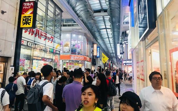 ドラッグストアが立ち並ぶ心斎橋筋商店街(大阪市)