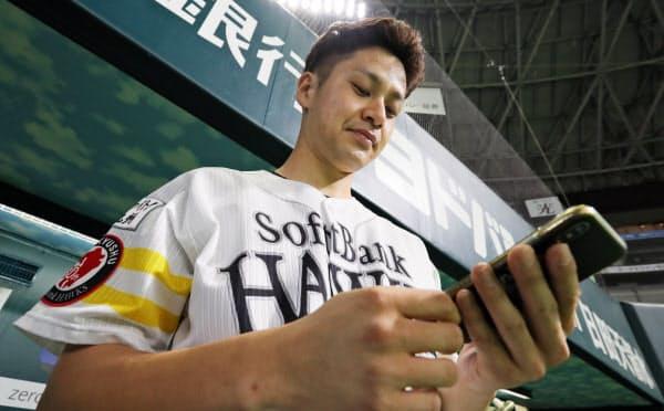 試合前に投球データなどをアプリでチェックする大竹投手