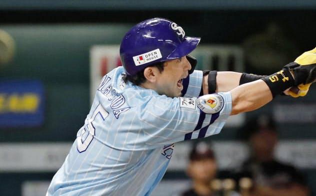 3回ソフトバンク無死、松田宣が中越えに2打席連続の本塁打を放つ(23日、ヤフオクドーム)=共同