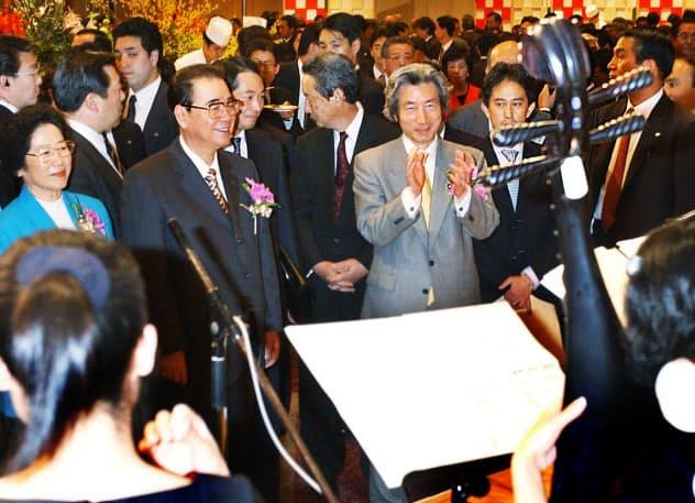 日中国交正常化30周年の記念事業開幕を祝うレセプションに出席した小泉純一郎首相(当時、中央右)と李鵬氏(2002年4月、東京・千代田区のホテル)