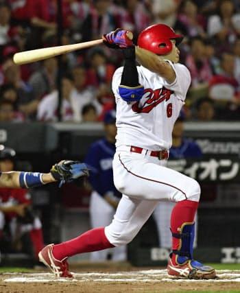 10回広島無死、安部が左越えにサヨナラ本塁打を放つ(23日、マツダ)=共同
