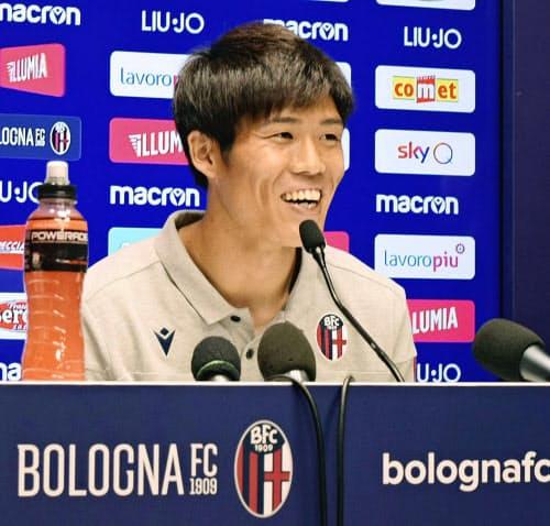 イタリア1部リーグのボローニャに加入し、記者会見するサッカー日本代表の冨安健洋(23日、ボローニャ)=共同