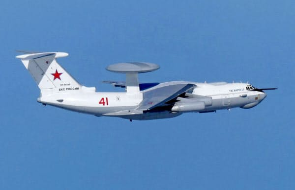 竹島周辺で領空侵犯したロシア軍のA50空中警戒管制機。日本海上空で撮影された(23日、防衛省提供)=共同