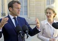23日、パリで記者団に答えるマクロン仏大統領(左)とフォンデアライエン次期欧州委員長(パリ)=AP