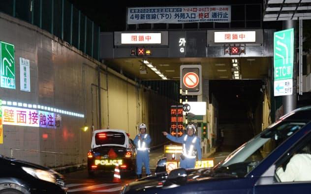 大規模交通規制の実証実験のため、閉鎖された首都高の外苑入り口(24日未明、東京都渋谷区)