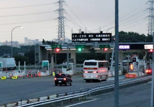 八王子料金所の上り線(24日午前5時すぎ、東京都八王子市)