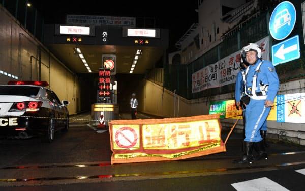 閉鎖された首都高の外苑入り口(24日未明、東京都渋谷区)