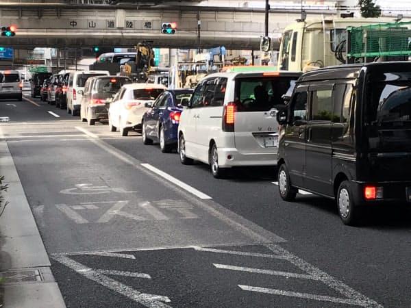 環状7号と国道17号の交差点で、都心方面に進む車列が混雑してきた(24日午前6時10分、東京・板橋)