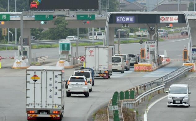 大規模交通規制の実証実験のため、通行できるレーンを2つに減らした中央道八王子料金所の上り線(24日午前、東京都八王子市)