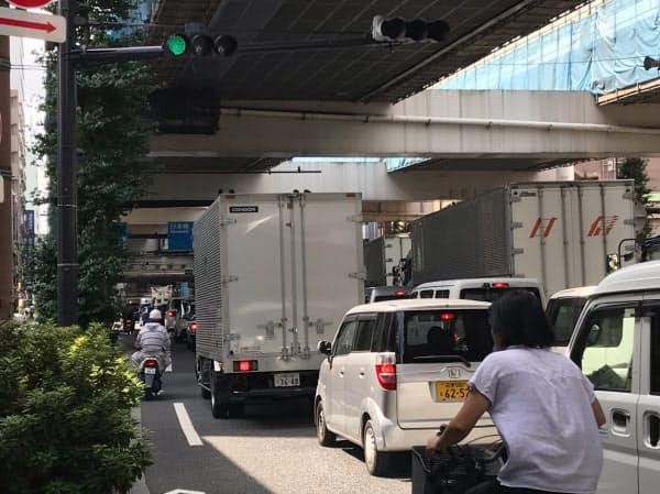 国道17号の交差点では、都心方向への車両が1回の青信号で渡りきれないことも(24日午前9時10分、東京都板橋区)