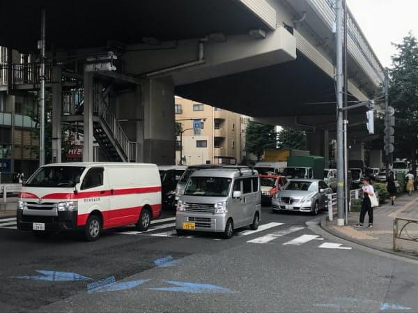 国道246号では、都心方向の信号前に数十台が並んだ(24日午前8時45分、東京都世田谷区)
