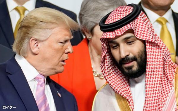 6月28日、大阪でのG20サミットで言葉を交わすトランプ米大統領(左)とムハンマド・サウジアラビア皇太子=ロイター