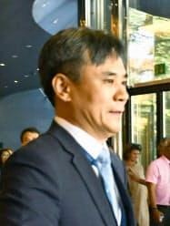 WTO一般理事会の初日の会合を終え、議場を出る韓国の金勝鎬・新通商秩序戦略室長(23日、ジュネーブ)=共同