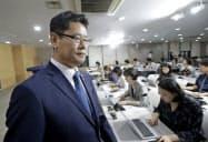 コメ5万トンの対北朝鮮支援を発表した韓国の金錬鉄統一相(6月、ソウル)=AP