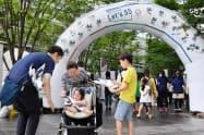 東京五輪競技体験イベントに訪れた家族連れ(24日午前、東京都千代田区)