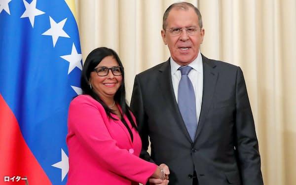 ロシアのラブロフ外相(右)とベネズエラのロドリゲス副大統領(3月、モスクワ)=ロイター