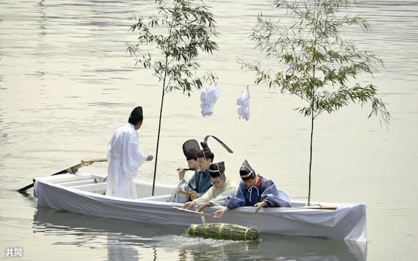 大阪市中心部を流れる堂島川で行われた「鉾流神事」(24日午前)=共同