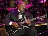 ギターを弾くB・B・キングさん(2008年6月、米ロサンゼルス)=AP
