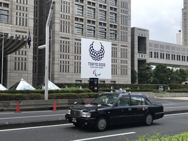 都庁前を走行するタクシー(24日午前11時すぎ、東京都新宿区)