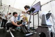 東京五輪の開幕1年前イベントでVR技術を活用した自転車競技を体験する子ども(24日午前、東京都千代田区)