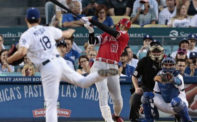 ドジャース戦の2回、代打で右前に先制打を放つエンゼルス・大谷。投手前田(23日、ロサンゼルス)=共同